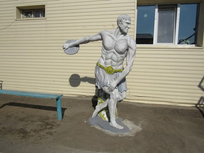 Заключенные создали статую древнегреческого атлета для пропаганды ЗОЖ (2 фото)