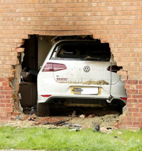 Volkswagen Golf R въехал в гостиную жилого дома (4 фото)