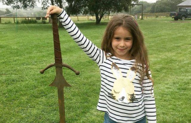 Девочка нашла меч в озере из легенды о короле Артуре (4 фото)