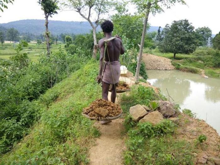 Житель Индии потратил 27 лет жизни, чтобы вырыть пруд (2 фото)