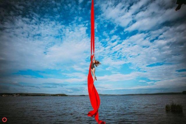 10 гимнасток устроили эффектную фотосессию с подъемным краном (28 фото)