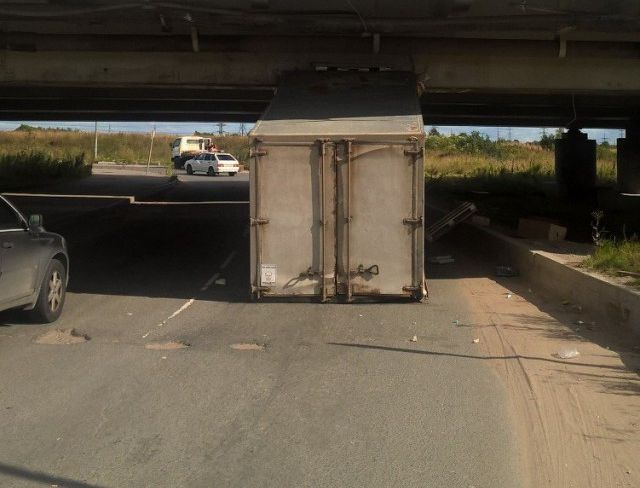 Водитель решил проверить правдивость предупреждения (2 фото)