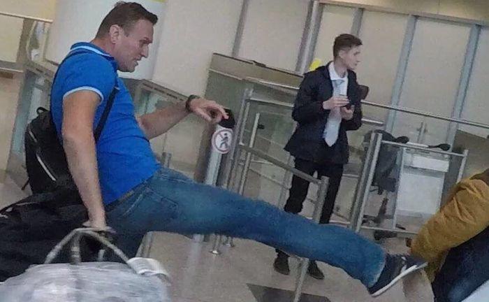 Алексея Навального обвешали сардельками в аэропорту (3 фото + видео)
