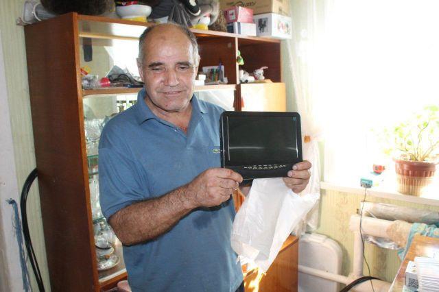 В Южно-Сахалинске Фонд социального страхования подарил слепому мужчине телевизор