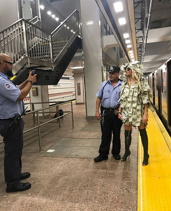 Модель Playboy спустилась в метро в платье из денежных купюр (10 фото)
