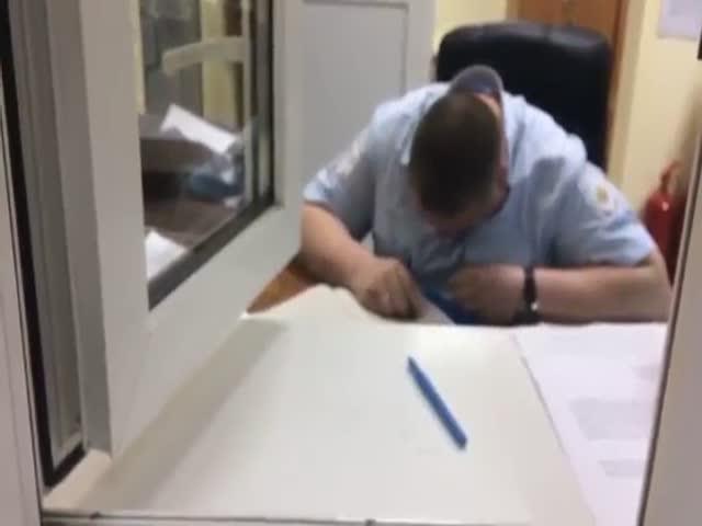 Полицейский уснул на рабочем месте