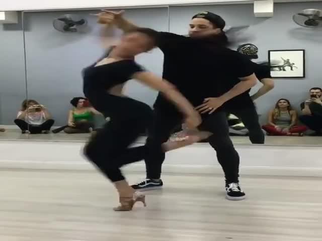 Парень закружил девушку в танце