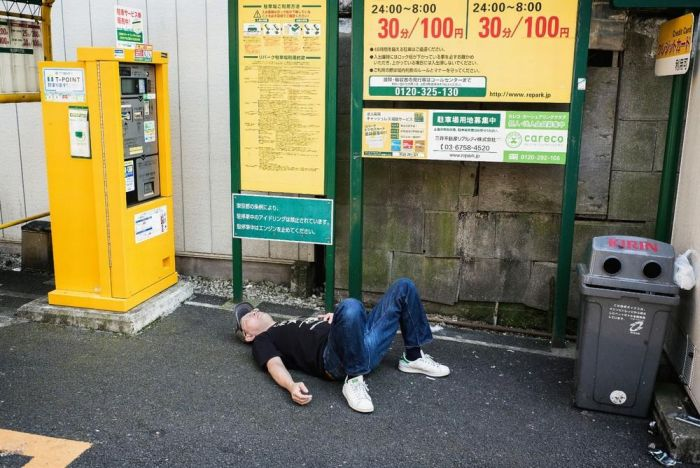Пьяные люди спят на улицах японских городов (10 фото)