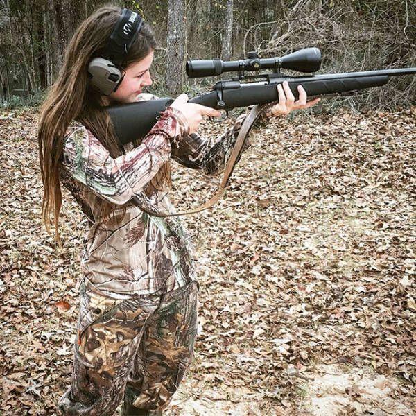 Девушки с оружием (31 фото)