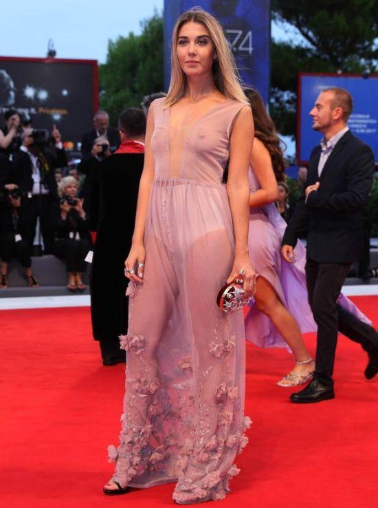 Итальянская актриса Мартина Пинто надела прозрачное платье (3 фото)