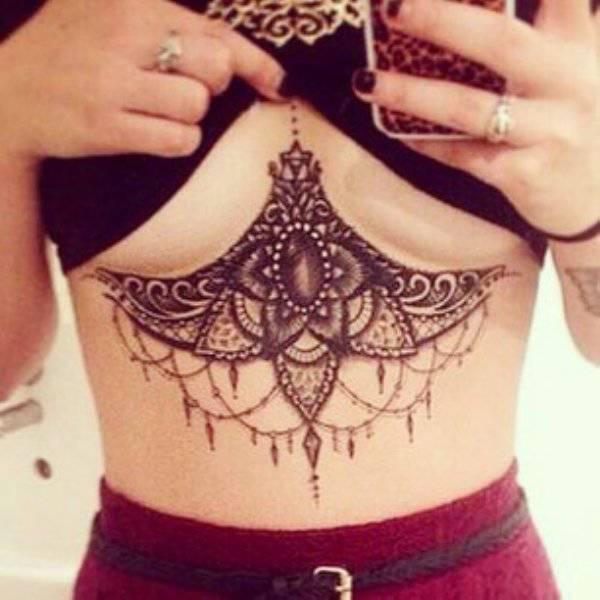 Татуировки под женской грудью (29 фото)