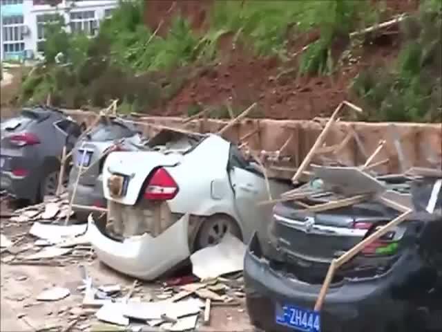 Бетонная стена рухнула на припаркованные автомобили