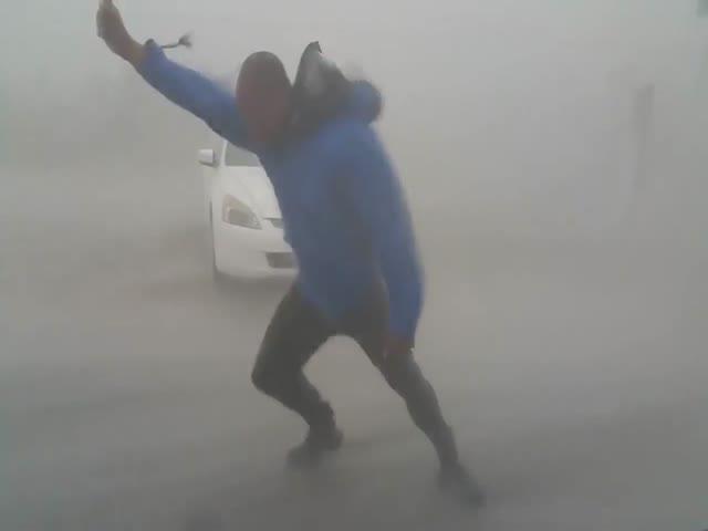 Метеоролог Джастон Дрейк замерил скорость ветра