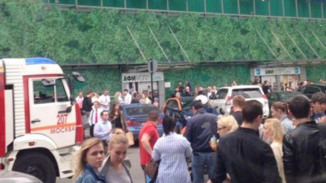 В Москве эвакуированы три вокзала, три торговых центра и ВУЗ из-за угрозы взрывов (9 фото + видео)