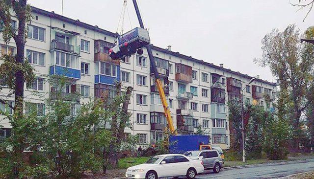 В Бийске автокран поднял «ГАЗель» к окнам квартиры на пятом этаже (2 фото)