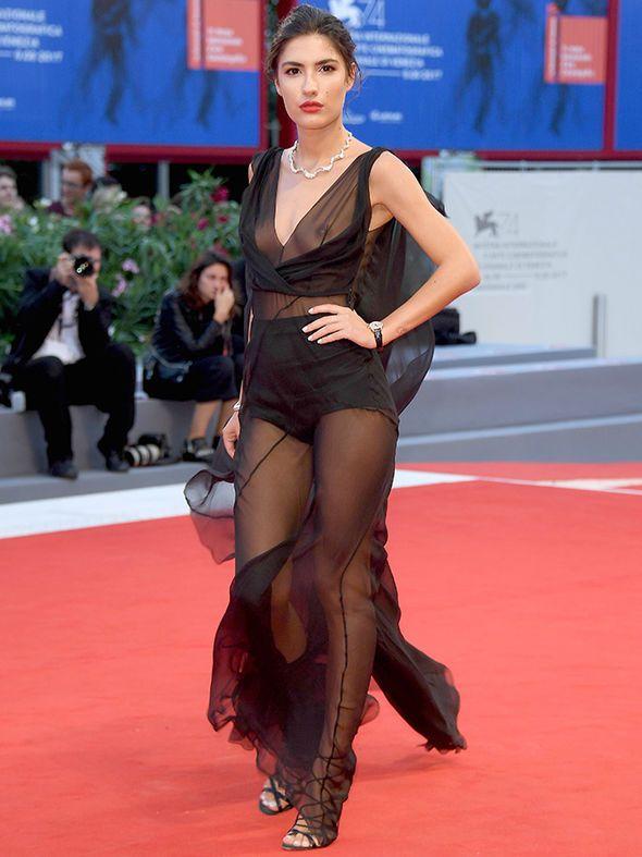 Певица Патриция Манфилд тоже любит прозрачные платья (3 фото)