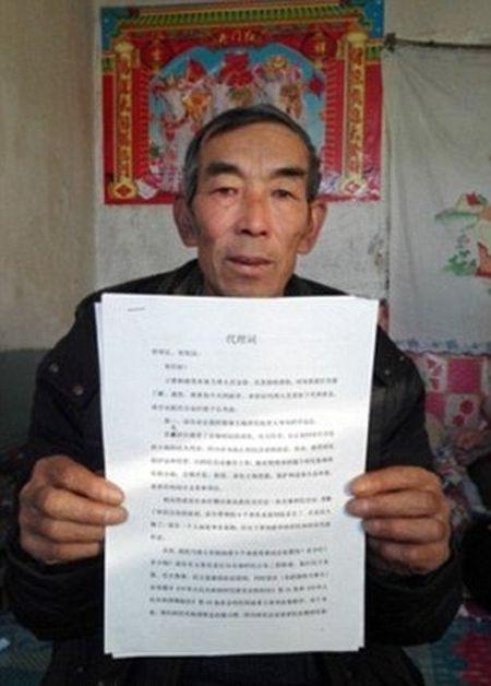 Китайский фермер 16 лет изучал юриспруденцию, чтобы подать иск против химзавода (3 фото)