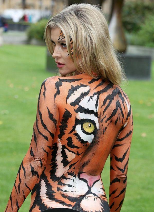 Модель Джоанна Крупа снялась в обнаженной фотосессии за защиту тигров (9 фото)