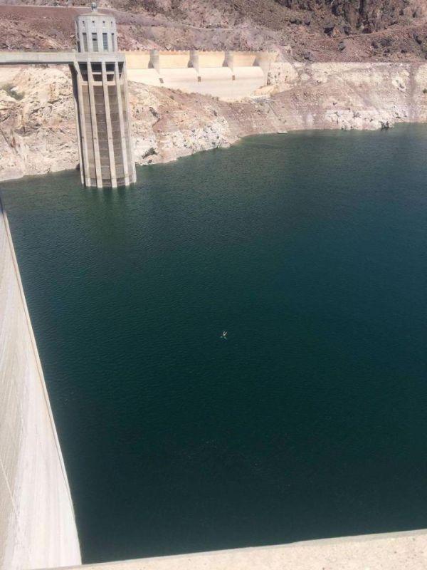 Пьяный британец стал первым, кому удалось переплыть водохранилище перед плотиной Гувера в США (4 фото)
