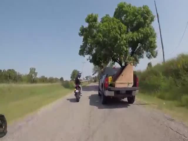 Конфликт между автомобилистами и мотоциклистами попал на видео