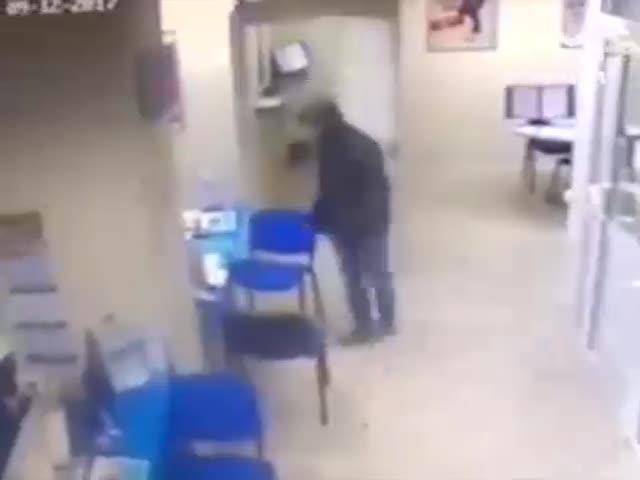 В Самаре грабитель банка дважды выстрелил в живот пожилому охраннику