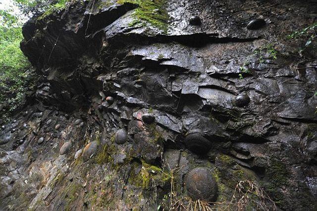 Скала с «каменными яйцами» принесла известность китайской деревне (6 фото)