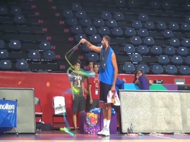 Греческий баскетболист Яннис Бурусис попробовал себя в художественной гимнастике