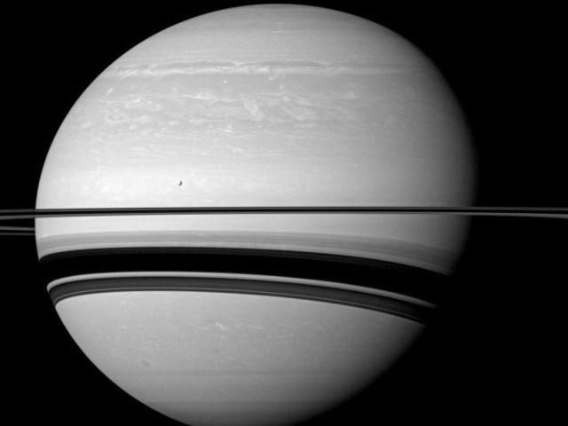 Фото Сатурна от зонда «Кассини», которого больше не будет (9 фото)