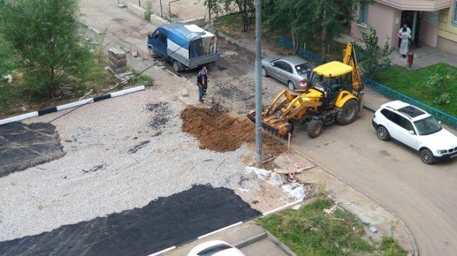 Как рабочие делали новую парковку во дворе (15 фото)
