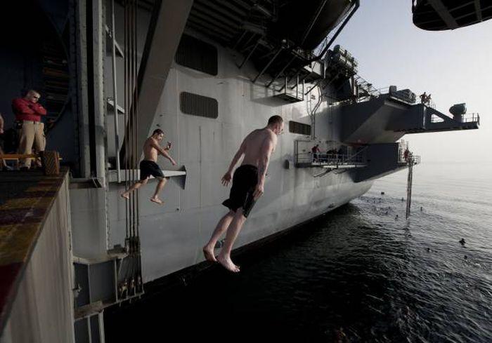 Военные купаются в открытом море (21 фото)