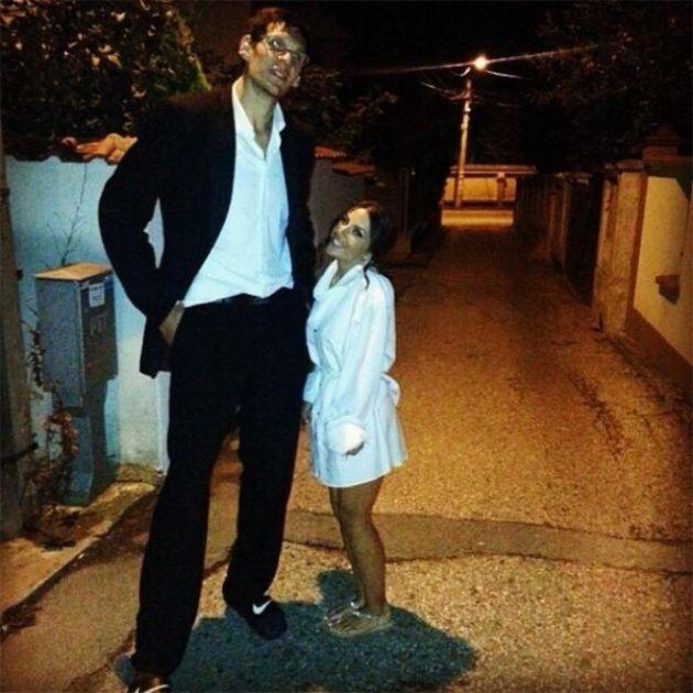 Центровой сборной Сербии по баскетболу и его жена (3 фото)