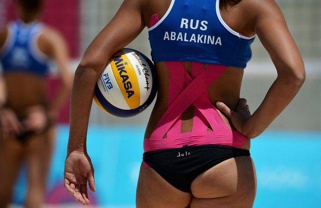 Девушки, играющие в пляжный волейбол (29 фото)