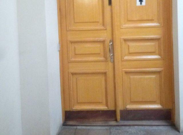 Туалет в здании Комитета по градостроительству и архитектуре Санкт-Петербурга (2 фото)
