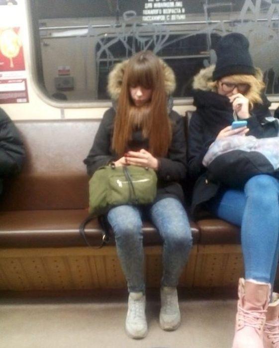 Милые девушки в российском метро (29 фото)