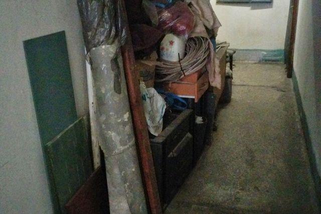 Как заставить своих соседей убрать хлам из общего коридора (3 фото)