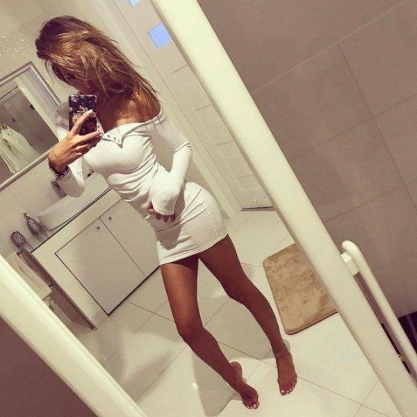 Стройные девушки в обтягивающих платьях (35 фото)