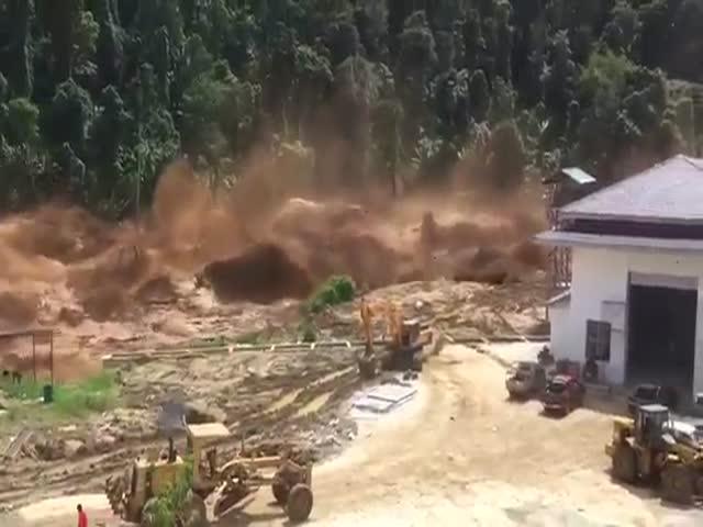 Прорыв дамбы в Лаосе из-за проливных дождей