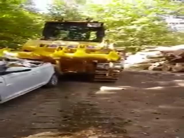Пьяный водитель бульдозера переехал легковой автомобиль (2 видео)