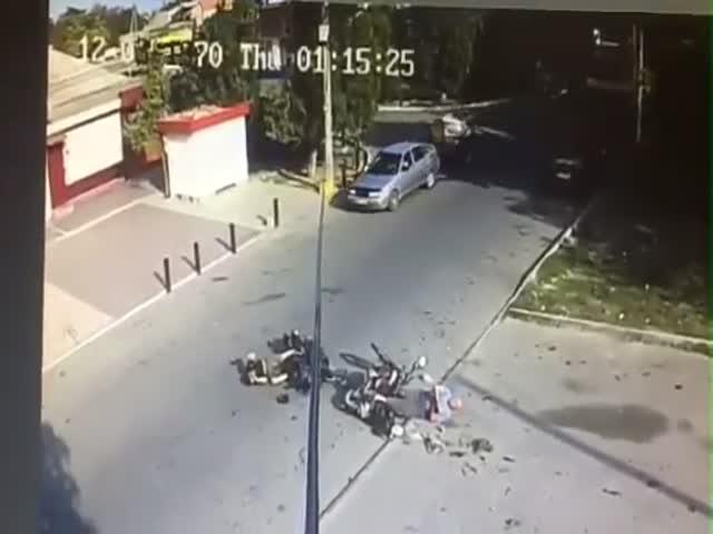 Лобовое столкновение двух мотоциклистов