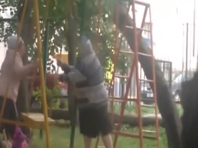Битва пенсионерок за качели во дворе