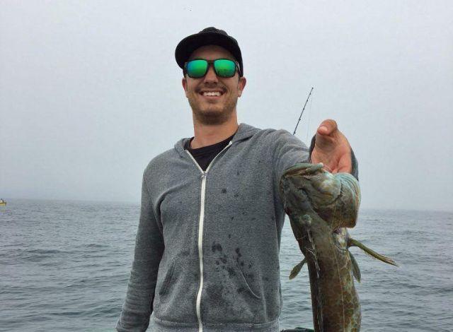 Рыбак поймал зубастого терпуга с бонусом внутри (2 фото)