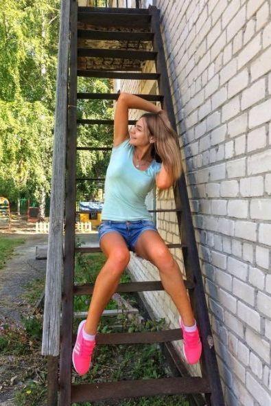 """Воспитательницу детсада со скандалом уволили из-за """"откровенных"""" снимков (4 фото)"""
