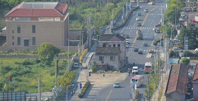 В Шанхае снесли дом, который стоял прямо посреди шоссе на протяжении 14 лет (6 фото)