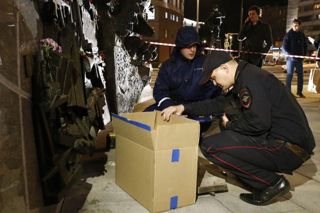 С нового памятника Калашникову срезали схему немецкой винтовки (8 фото + видео)