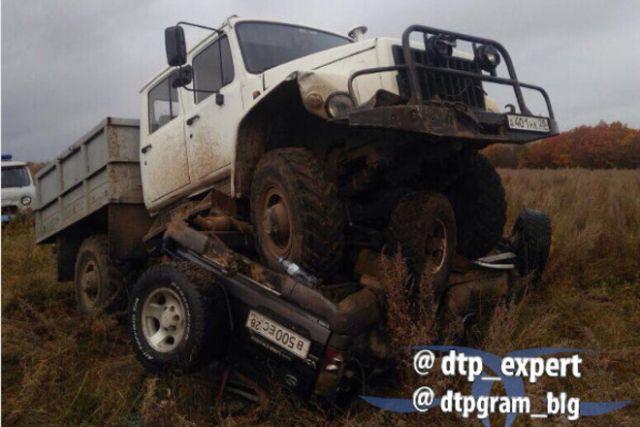 В Приамурье егерь протаранил внедорожник браконьеров (2 фото)