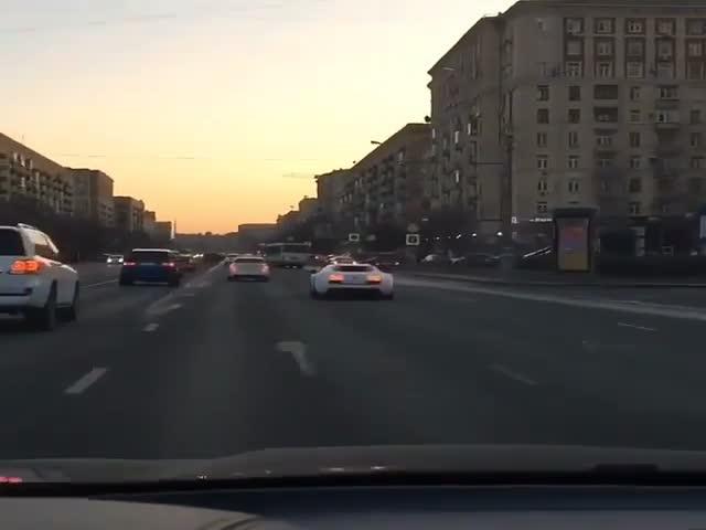 Водитель Bugatti Veyron играет в «шашки» на Кутузовском проспекте