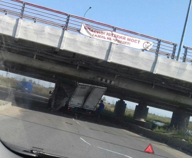 В Санкт-Петербурге «ГАЗель» вновь застряла под низким мостом (3 фото)