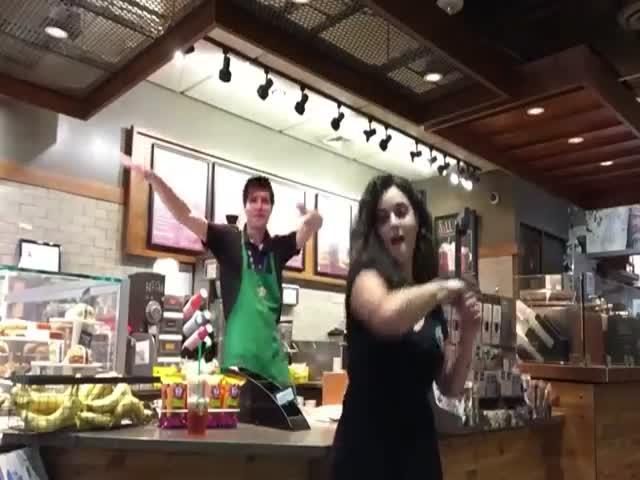 Опоздавшая на самолет американка сняла танцевальный клип в аэропорту