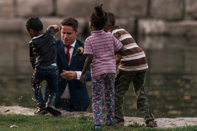 В Канаде жених спас тонущего мальчика (2 фото)
