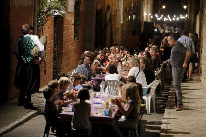 """Ежегодный """"ужин"""" на 20 тысяч персон в испанской деревушке (7 фото)"""